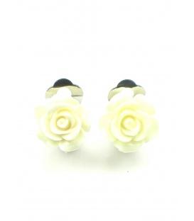 Creme witte oorclips in de vorm van een roosje