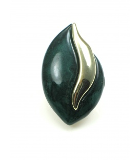 Donker groene oorclips met goudkleurig accent. Lengte van de clip oorbel is 4 cm.
