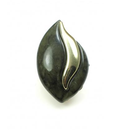 Olijfgroene oorclips met goudkleurig accent. Lengte van de clip oorbel is 4 cm.