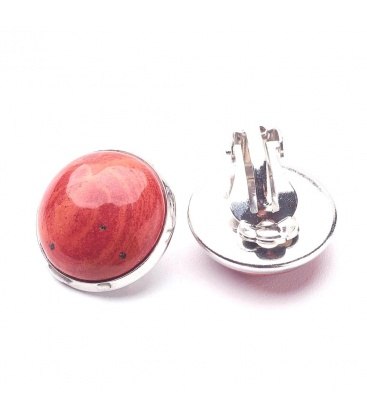 Oorclips met rode inleg (natuurlijk Jaspis). Diameter van de clip oorbel is 1,5 cm.