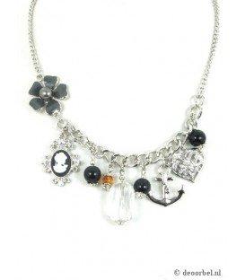 Zilverkleurige halsketting met camee, bloem en hart