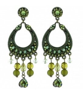 Groene oorbellen met ronde hanger met kralen en steentjes