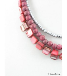Roze koordhalsketting met parelmoer en houten kralen