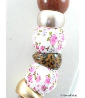 Bruine koordhalsketting met roze kralen en metalen ringen