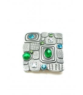 Vierkante metalen broche met groene steentjes
