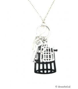 Zilverkleurige halsketting met witte en zwartebedels (vogelhuis