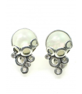 Zilverkleurige oorclips met irriserende witte steen