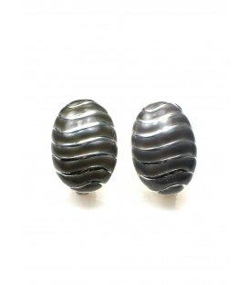 Grijze oorclip met zilverkleurige strepen van A-Zone