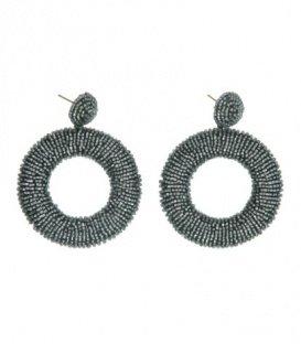 Zilverkleurige oorbellen met een hanger van kleine kraaltjes