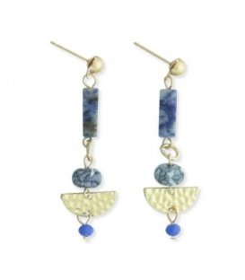 Goudkleurige oorbellen met kobalt blauwe staafjes en kralen