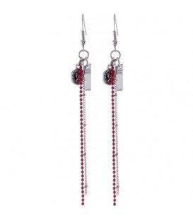 Oorbellen met rode streng en een zilverkleurig kruisje