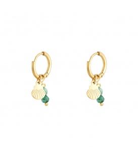 Goudkleurige oorbellen met een groen natuursteentje en bedel