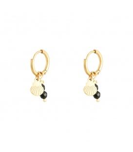 Goudkleurige oorbellen met een zwart natuursteentje en bedel