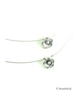 Zilverkleurige koordhalsketting met klein metalen bloemetjes