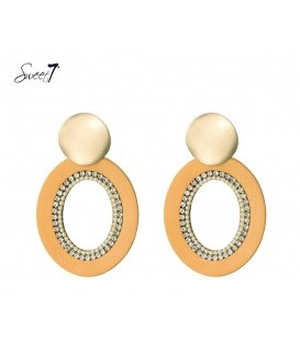 Gele oorbellen met een goudkleurig oorstukje en kraaltjes