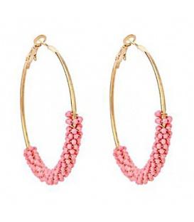 Trendy goudkleurige oorringen met roze kraaltjes