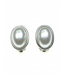 Ovale parel oorclips in zilverkleurige zetting
