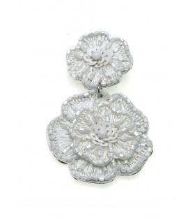 Witte oorclips in de vorm van een kanten bloem