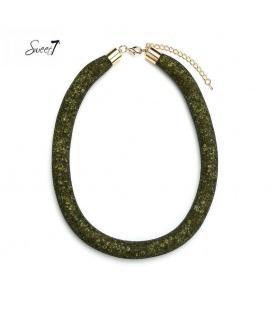 Groene korte halsketting met kralen in een mesh