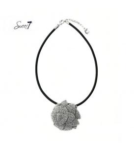 Zwarte koord halsketting met een mooie zilverkleurige hanger