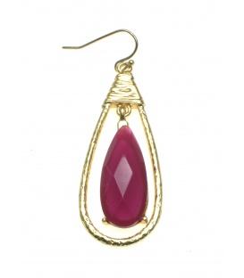 Goudkleurige oorbellen met in de hanger een rode steen