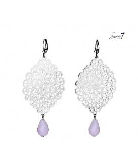 Zilverkleurige oorbellen met een mooie hanger en een roze kralen