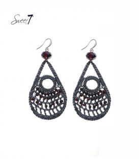 Grijze gehaakte oorbellen met rode strass stenen