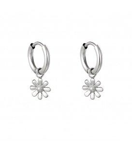 Zilverkleurige oorringen met een bloemen bedel