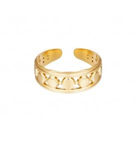 Goudkleurige ring met een mooie structuur