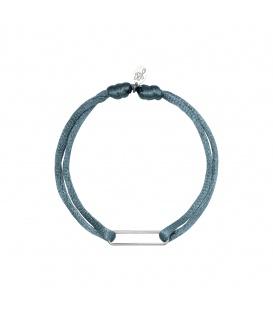 Armband van grijs satijn en een zilverkleurige detail