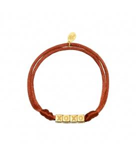 Camel satijnen armband met goudkleurige vierkante kralen met XOXO