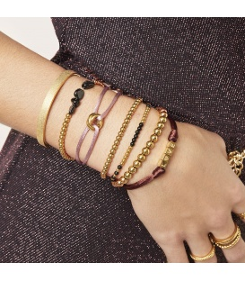 Roze satijnen armband met goudkleurig clipdetail