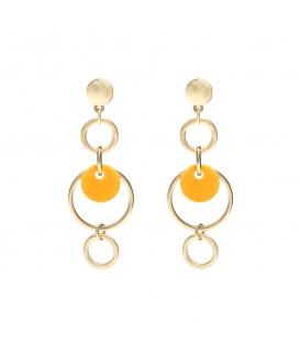 Goudkleurige oorhangers met een oker geel element in de hanger