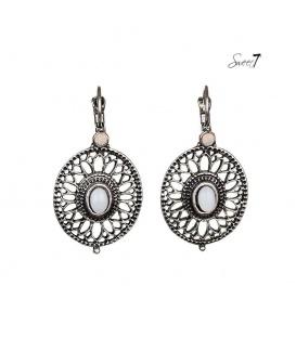 Zilverkleurige oorbellen met een mooie open rand en een wit steentjes