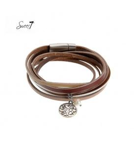 Bruine wikkelarmband met een klein bedeltje