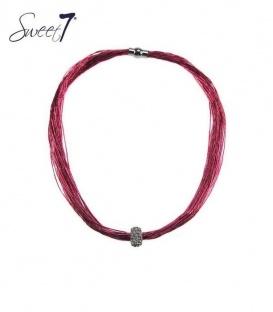 Roze halsketting van meerdere strengen met een bedel en een magneetsluiting
