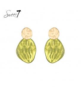 Groene oorhangers met een goudkleurige oorstukje