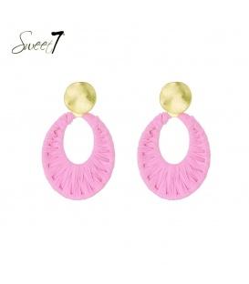 Roze oorhangers van raffia en een goudkleurig oorstukje