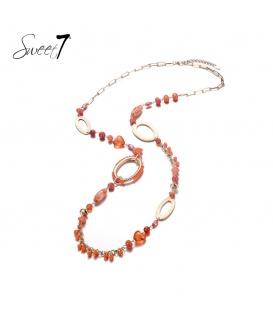 Lange oranje ketting met diverse kralen en bedels