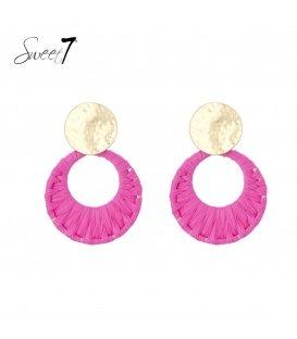 Roze raffia oorhangers met een goudkleurig oorknopje