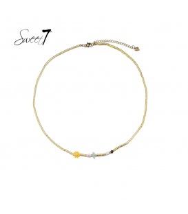 Goudkleurige ketting van kraaltjes en een geel bloemetje