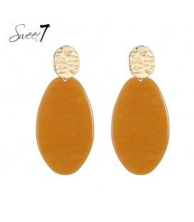 Terracotta kleurige oorhangers met ovale hanger en een goudkleurig oorstukje