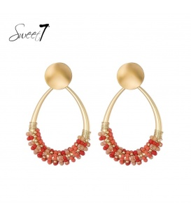 Goudkleurige oorstekers met druppelvormige hanger met rode kraaltjes