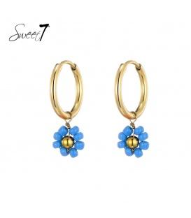 Goudkleurige oorringen met een blauwe kralen bloemetje