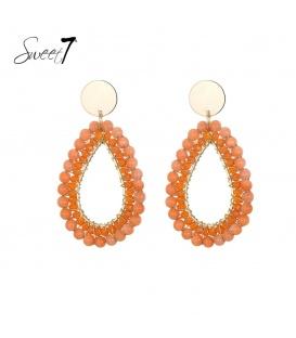 Oranje ovale kralen oorhangers en een goudkleurig oorstukje