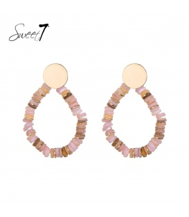 Goudkleurige oorstekers met druppelvormige hanger met roze kraaltjes