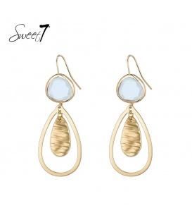 Goudkleurige oorhangers met een lichtblauwe steen en een druppelvormige hanger