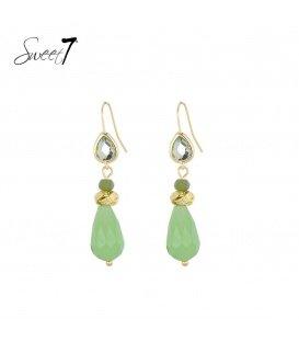 Goudkleurige oorhangers met een groene glaskraal en steentjes