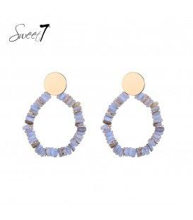 Goudkleurige oorknopjes met een cirkelvormige hanger met blauwe steentjes