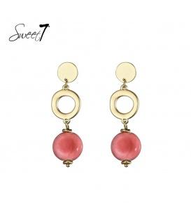 Goudkleurige oorbellen met als hanger een muntje en een roze steen